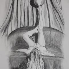 """""""Frau mit Ball"""", Nach einem Foto von <a href=""""http://www.saudek.com/"""" target=""""bkank"""" rel=""""noopener"""">Sára Saudková</a> 70 x 50 cm, Kohle auf weißem Papier"""